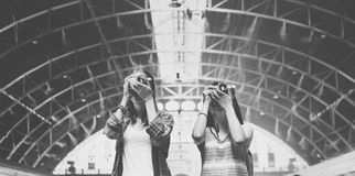 Mädchen-Freundschafts-Treffpunkt-reisendes Feiertags-Fotografie-Konzept Lizenzfreies Stockbild