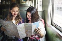 Mädchen-Freundschafts-Treffpunkt-reisendes Feiertags-Karten-Konzept lizenzfreie stockfotos