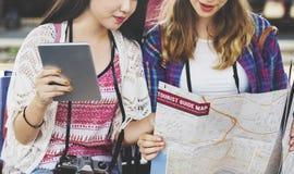 Mädchen-Freundschafts-Treffpunkt-reisendes Feiertags-Karten-Konzept Lizenzfreies Stockbild
