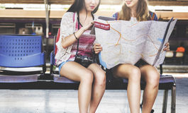 Mädchen-Freundschafts-Treffpunkt-reisendes Feiertags-Karten-Konzept Lizenzfreie Stockfotografie
