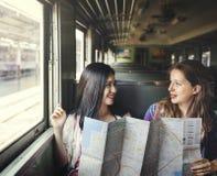 Mädchen-Freundschafts-Treffpunkt-reisendes Feiertags-Karten-Konzept stockbild
