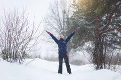 Mädchen freut sich im Winter, ein Mädchen, das in den Winterwald springt lizenzfreies stockbild