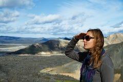 Mädchen am Fuß der Berge, die den Abstand untersuchen Lizenzfreies Stockfoto