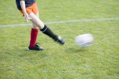Mädchen-Fußball-Spieler, der die Kugel führt Stockbild