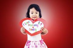 Mädchen geben den Muttergesellschaftn Liebeskarte stockbild