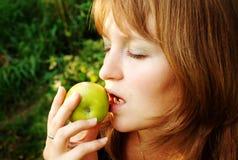 Mädchen gebissener Apfel stockfoto