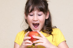 Mädchen gefallen ihrem Zahn Lizenzfreies Stockbild