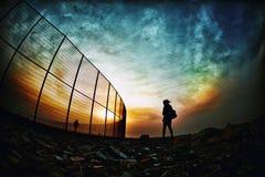 Mädchen gefangen in einem Sturm der Farbe lizenzfreies stockfoto