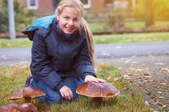 Mädchen gefundener Buchtboletus stockfotografie