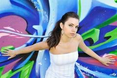 Mädchen gegen Graffitiwand Stockbilder