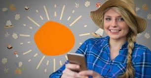 Mädchen gegen grauen Hintergrund mit Sonnenhut und Telefon und bunte Illustrationen Stockfotografie