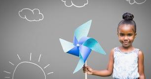 Mädchen gegen grauen Hintergrund mit Windmühlenspielzeug und Sonne und Wolken Stockbild