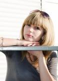 Mädchen gegen hellen städtischen Hintergrund. Stockfotos