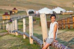 Mädchen gegen ländliche Ansicht Lizenzfreie Stockbilder