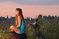 Mädchen gegen Sonnenuntergang Lizenzfreies Stockfoto