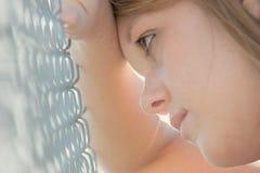 Mädchen gegen Zaun Lizenzfreies Stockbild