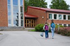 Mädchen gehen zur Schule stockbilder