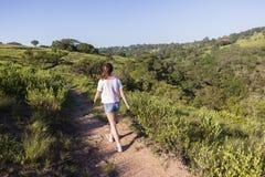 Mädchen-gehender Wanderweg stockbilder