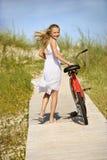Mädchen-gehendes Fahrrad auf Promenade. stockfotografie