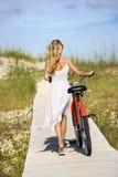 Mädchen-gehendes Fahrrad auf Promenade stockbild