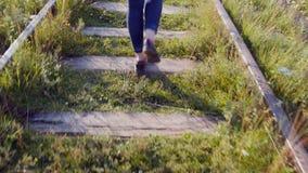 Mädchen geht auf Schienen stock video footage
