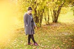 Mädchen geht in den Park Lizenzfreies Stockfoto