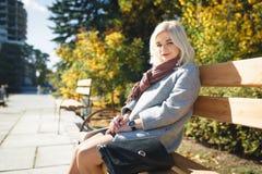 Mädchen geht in den Park, ein modernes Mädchen auf einem wal Herbst Stockfotografie