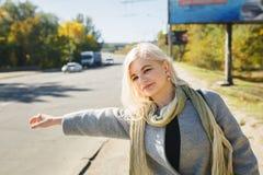 Mädchen geht in den Park, ein modernes Mädchen auf einem wal Herbst Lizenzfreies Stockfoto