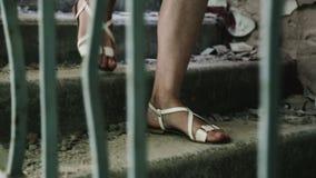 Mädchen geht die Treppe innerhalb eines verlassenen Gebäudes hinunter Halb-ruinierte Gebäude im Getto Fast eingestürzt und ruinie stock video footage