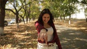 Mädchen geht hinter die Kamera und dem Lächeln, Follow-me stock video