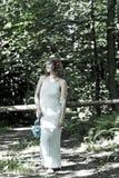 Mädchen geht im Wald Lizenzfreie Stockfotos