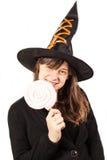 Mädchen gekleidet als Hexe auf einem weißen Hintergrund Stockbild