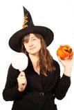 Mädchen gekleidet als Hexe auf einem weißen Hintergrund Stockfotos