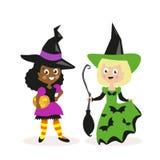Mädchen gekleidet als Hexe mit einem Besen und einem Kürbis Feiertag Halloween Kleine Kinder Weiß und afroamerikanisch flach stock abbildung