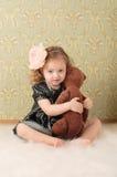 Mädchen gekleidet als Retro- Puppe lizenzfreie stockfotografie