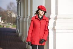 Mädchen gekleidet im roten Mantel lizenzfreie stockbilder