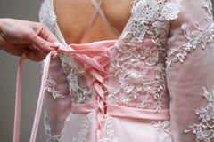 Mädchen geknotetes rosa Kleid auf einem Korsett lizenzfreies stockfoto