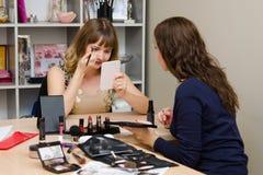 Mädchen gemalt auf kosmetischer repräsentativfirma der Beratung Lizenzfreie Stockfotografie