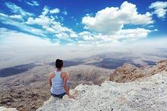 Mädchen genießt die schönste Anblickschlucht lizenzfreies stockfoto