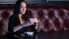 Mädchen genießt Kaffee stock footage