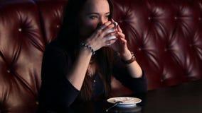 Mädchen genießt Kaffee. stock footage