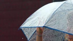 Mädchen genießt Regen auf der Dachspitze ihres Hauses stock video