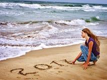 Mädchen geschrieben auf Meersand 2016 Lizenzfreie Stockfotografie