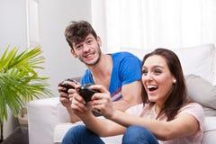 Mädchen gewinnt das Match auf den Videospielen Lizenzfreie Stockfotos