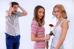Mädchen gibt einem anderen Mädchen eine Blume Stockbilder