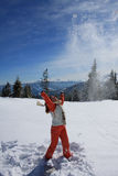 Mädchen gibt Schnee aufwärts auf Stockfotos