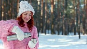 Mädchen gießt heißes Getränk von einer Metallthermosflasche, Thermosflasche in den Händen nah oben, Hand gießt Tee in eine Schale stock video footage