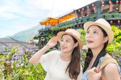 Mädchen glücklich zum Besichtigen des berühmten Platzes stockfotografie