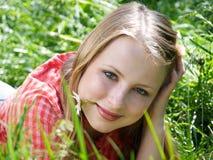 Mädchen am Gras Stockfotografie