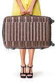 Mädchen hält braunen Koffer Lizenzfreies Stockfoto